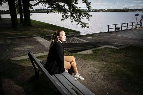 Tässä paikassa Tampereella Hatanpään Arboretumissa Rami Rantakoivu kosi Laura Rantakoivua toukokuussa 2015. Laura harmittelee, että penkki on sittemmin vaihdettu, sillä pariskunta oli kaivertanut alkuperäiseen penkkiin nimikirjaimensa.