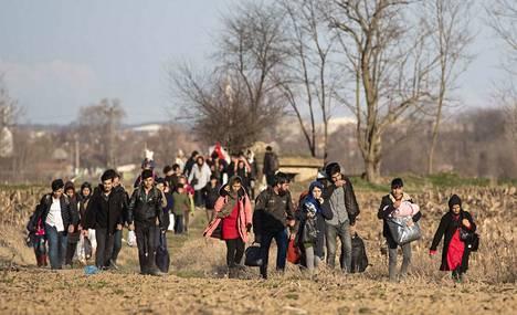 Pakolaisia lähellä Turkin ja Kreikan välistä rajaa.