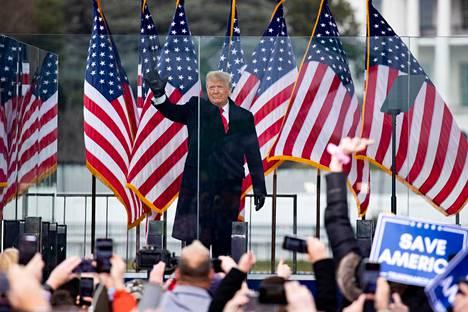 Donald Trump piti puhetta kannattajilleen Valkoisen talon edustalla keskiviikkona. Puheen jälkeen suuri joukko hänen kannattajiaan tunkeutui kongressitaloon.