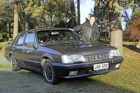 Olavi Hakalan Opel Senator oli Saksasta tuotaessa valkoinen. Suomessa se maalattiin metalligraffitinharmaaksi.