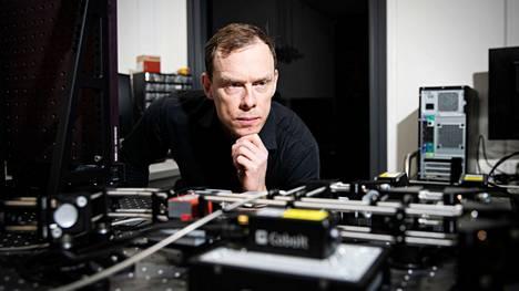 Kemian professori Arri Priimägi käyttää työssään muun muassa mikroskooppeja, led-valoja ja lasereita, mutta vapaa-ajallaan hän yrittää rajoittaa liiallista teknologian käyttöä.