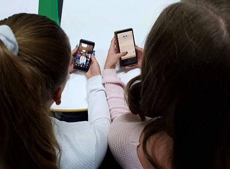 Isa Nummelin ja Anni Huhtala tykkäävät katsoa TikTokista muiden tekemiä videoita, mutta omia videoitaan he eivät julkaise kaikkien katsottaviksi.