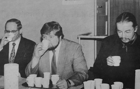 Lahden kaupunginjohtaja Seppo Välisalo (vasemmalla), kunnanjohtaja Pekka Reito sekä tutkija Hannu Katajamäki maistelivat jämijärveläisiä sahtinäytteitä.
