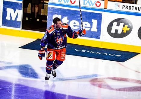 Tapparan Kristian Kuuselaa juhlistettiin ennen ottelua. Toisessa erässä Kuusela sai juhlia myös 2–1-maaliaan.