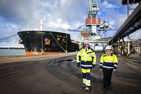 Rauanheimon toimitusjohtaja Joakim Laxåback ja Porin Satama Oy:n toimitusjohtaja Sari De Meulder esittelivät Porin hiiliterminaalihanketta vuosi sitten.