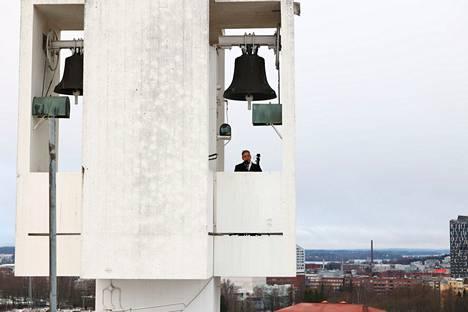 Tänä vuonna joulurauha julistettiin Tampereella Kalevan kirkon katolta. Tampereen kaupungin pormestari Lauri Lyly luki julistuksen kirkon kellojen alta.