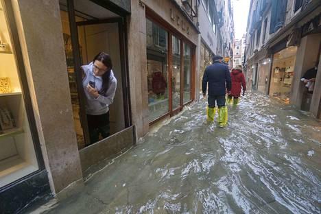 Nainen katseli tulvaveden alle jäänyttä katua Venetsiassa, jossa vesi nousi 1,87 metriin.