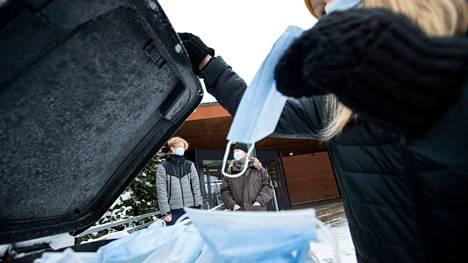 Kertakäyttöinen maski kestää tutkijan mukaan myös pesua. Maskien hävittämisessä tulee olla tarkkana.