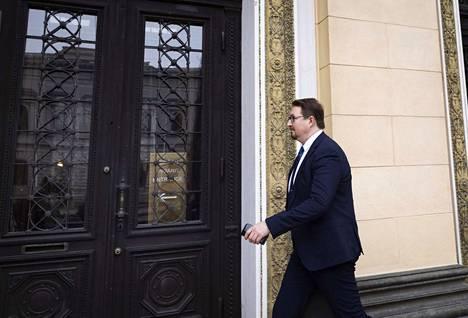 Neuvottelut rajoitusten purkamisista jatkuivat Säätytalossa 4. toukokuuta. Mukana neuvotteluissa oli myös Terveyden- ja hyvinvoinnin laitoksen (THL) terveysturvallisuusosaston johtaja Mika Salminen.
