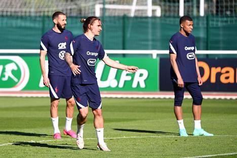 Antoine Griezmann on pelannut treenipeleissä Karim Benzeman (vas.) ja Kylian Mbappen (oik.) takana.
