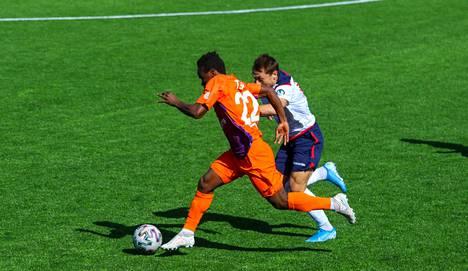 Energetik-BGU (vasemmalla) aloitti kauden ryminällä, mutta on hävinnyt kaksi viimeistä otteluaan.