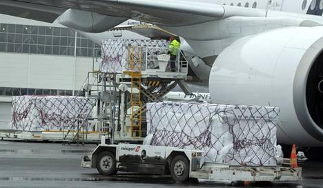 Huhtikuussa Suomeen tilattiin useita lentokoneellisia suojavarusteita Kiinasta. Kansainvälinen kilpailu esimerkiksi suojamaskeista oli kovaa pandemian alussa, ja kotimainen tuotanto saatiin käyntiin vasta toukokuussa.