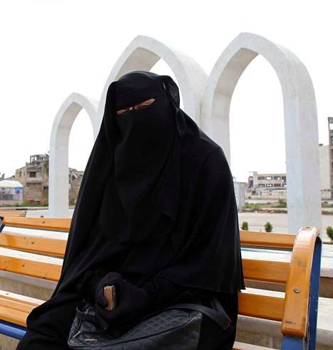 Sri Lanka on kieltänyt kasvojen peittämisen julkisella paikalla. Islaminuskoinen nainen on kuvassa pukeutunut niqabiin, joka peittää hänen kasvonsa.