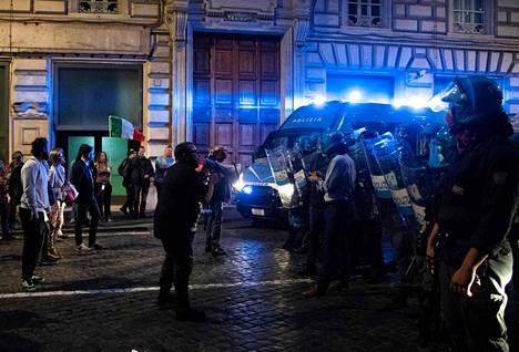 Tuhannet ihmiset osoittivat lauantaina 9. lokakuuta mieltään koronapassia vastaan. Paikoin mielenosoittajat ottivat yhteen poliisin kanssa.