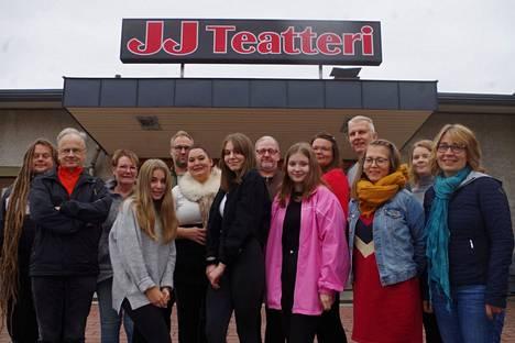 Saiturin joulu -näytelmässä on lavalla jopa 11 henkilöä. Näytelmää on tekemässä Jon Pettersson, Reijo Ahonen, Aija Heino, Jenni Lehtonen, Jukka Lahtinen, Kaija El Ilbourki, Aliisa Hakonen, Tani Lindroos, Ronja Suominen, Kaisa Rantala, Jouni Leppikorpi, Kaisa Vihijärvi, Annika Luukko ja Marjut Manninen. Produktiossa mukana myös Risto Hakola, Matti Ekman ja Heikki Björk.