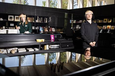 Serlachius-museoilla oli kaiken kaikkiaan melko normaali vuosi Mäntässä, vaikka koronarajoitukset veivät osan vakioyleisöstä. Tilalle tuli uusia kävijöitä, etenkin nuoria ja lapsiperheitä. Museokaupassa visiirit kasvoillaan työntekijät Katariina Jeger ja Timo Hokkanen.