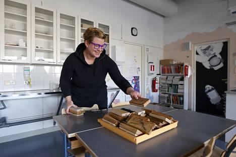 """OAJ:n Nakkilan paikallisyhdistyksen puheenjohtaja Heini Hukkanen ei voi pidättää hymyään esitellessään yhteiskoulun fysiikan luokan opetusmateriaaleja. Kitkapaloissa on kaiverrus vuodelta 1981. """"Pelle Miljoona ei taida olla enää kovinta huutoa."""""""