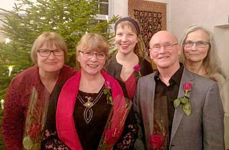 Vox Pohjaslahdessa laulavat Tiina Nyrhinen (vasemmalla), Anja Peltonen, Anne Hyödynmaa, Ahti Fernelius ja Marjaana Moisio.