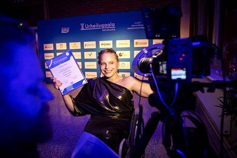 Ratakelaaja Amanda Kotaja vastaanotti palkintonsa tilaisuudessa.