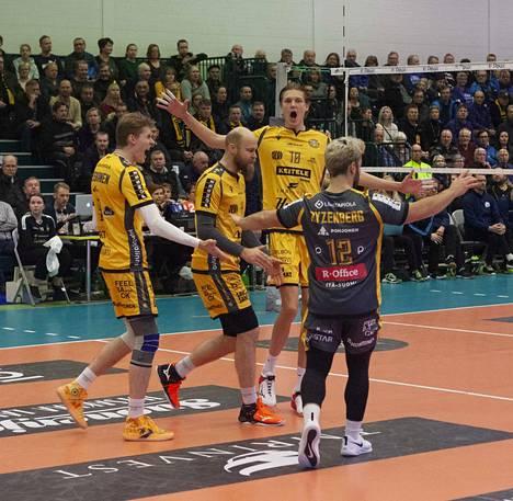 Savo Volleyn Jere Heiskanen, Antti Siltala, Severi Savonsalmi ja Josh Ayzenberg tuulettavat taas onnistunutta suoritusta.