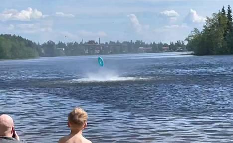 Erikoinen vesipyörre riepotteli mukaansa nappaamaa uimarengasta. Ilmiö kesti pari minuuttia ja tyyntyi yhtä nopeasti kuin oli alkanutkin.
