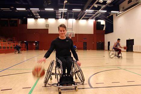 Nopeus on ollut aina Jesse Anttilan vahvuus pyörätuolikoripallokentillä. Nuorukainen laittaa tarvittaessa myös palloa pussiin kovalla prosentilla.