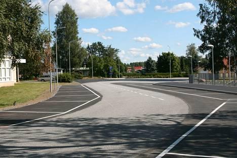 Törmäysriski peruuttaessa vähenee, kun parkkipaikat on asetettu tien suunnan mukaisesti.