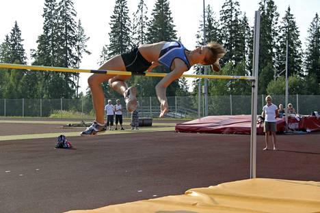 Laura Rautanen hyppäämässä Vilppulan kansallisissa yleisurheilukilpailuissa vuonna 2010.