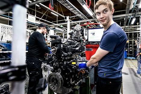 Agco Powerin tehdas Nokian Linnavuoressa valmisti viime vuonna 33 453 moottoria. Etualalla Miko Äijö ja taustalla Kalle Suuniittu työn touhussa.