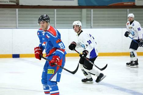Eetu Rajakallio, numero 34, syötti ottelussa kaksi maalia. Taustalla Jääkarhujen toisen maalin tehnyt Mikko Männistö, numero 66.
