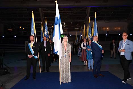 Suomen lipun kokoussaliin toi Laura Huhtasaari, joka jättää paikkansa ensimmäisenä varapuheenjohtajana tultuaan valituksi EU-parlamenttiin. Hän muuttaa perheineen Brysseliin.