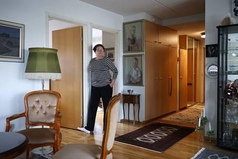 Marita Helavuoren äiti tuupertui syyskuisena torstaina makuuhuoneensa lattialle ja hälytti rannekkeella apua. Turvapuhelimen kaiutin sijaitsi noin kuuden metrin päässä eteisessä.