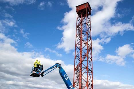 Virolaiset rakentajat Sven Reha (vas.) ja Tauri Raidoja vahvistivat tornin runkoa teräspalkeilla. Vahvistuksia tarvitaan, jotta runko kestää kuljetuksen entisöitäväksi.