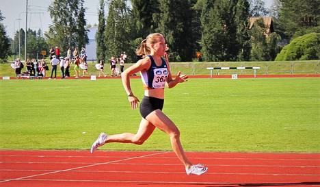 Vammalan seudun Voiman juoksijalupaus Veera Mattila kuvattuna kesällä 2020.
