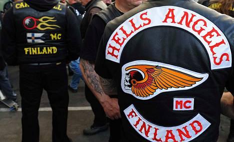 Helvetin enkelit on poliisin mukaan Suomen kolmanneksi suurin rikollisjengi. Jäseniä on Suomessa noin 125.