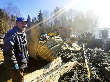 Erkki Oksanen järkyttyi tiistaiöisestä tulipalosta, joka poltti maan tasalle 240 neliön ulkorakennuksen sekä pienen, yli satavuotiaan hirsiaitan.