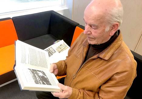 Jämsänkoskelainen Veikko Lehtonen harmittelee, ettei Kolhon saavutus tullut esiin, kun olympiamitalistien reliefiä valmisteltiin.