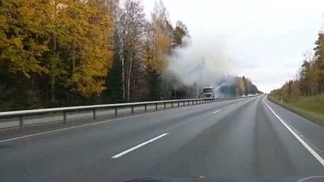 Kuorma-auto syttyi palamaan Porintiellä Nokialla lauantaina. Pelastuslaitos sai ilmoituksen palosta kello 13.51.