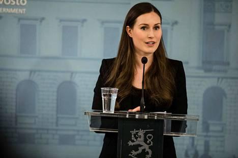 Pääministeri Sanna Marin kertoo keskiviikon tiedotustilaisuudessa poikkeusolojen johtamisesta. Kuva hallituksen tiedotustilaisuudesta 30.3.