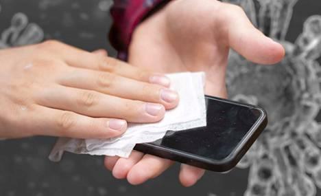Kännykkää kannattaa puhdistaa desinfioivalla pyyhkeellä.