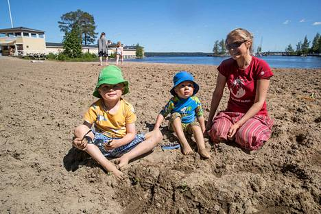 Tamperelainen Maria Varonen käy 5-vuotiaan Elias Varosen ja 3-vuotiaan Alvar Varosen kanssa uimassa Rauhaniemen uimarannalla.