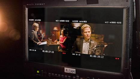 Catch and Kill on oikeastaan kuvitettu podcast. Jaksoissa kuullaan sekä Weinsteinin uhreja että Ronan Farrow'n toimittajakollegoja. Kuvassa Farrow haastattelee Rowena Chiuta, joka toimi Weinsteinin assistenttina ja syytti tätä raiskauksesta.