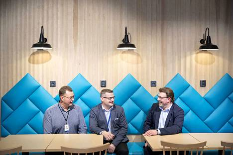 Viime kesänä toimitusjohtaja Harri Tuomi (oikealla), Prisman ja Kodin Terran johtaja Janne Nurmi ja projektipäällikkö Janne Reunanen naureskelivat Mikkolan Prisman uudistetussa ravintolamaailmassa. Uudistus oli osa Prisman viime vuoden 16,8 miljoonan euron investointeja.
