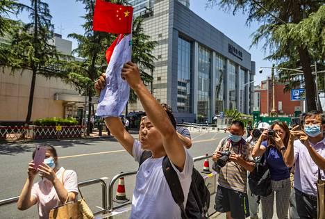 Mielenosoittajat huusivat isänmaallisia iskulauseita entisen Yhdysvaltojen konsulaatin edessä Chengdussa Sichuanin maakunnassa maanantaina.