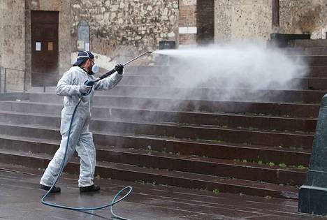 Italian Bresciassa puhdistettiin katuja perjantaina 13. maaliskuuta koronaviruksen leviämisen estämiseksi.