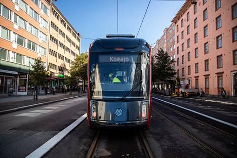 Ratikkaa testattiin Tampereen keskustassa Itsenäisyydenkadulla syyskuussa 2020.
