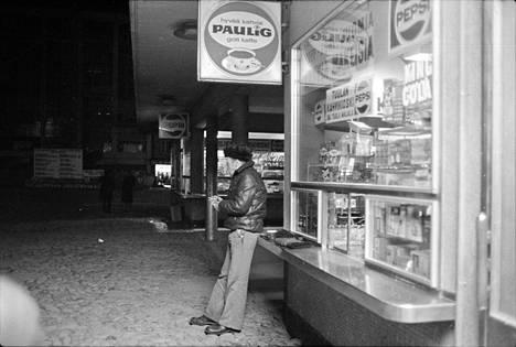 Varastomies Esko Lindvallilla oli tapana käydä joka arkiaamu heti viideltä torilla kahvilla. Kuva on vuodelta 1978.