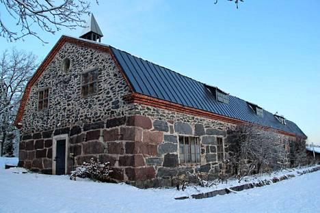 Jaakko Kivinen urakoi Hyytin rusthollin kivinavetan vuosina 1886–1887. Navetta uusittiin vuonna 1926, jolta ajalta nykyinen mansardikatto lienee peräisin. Alun perin navetta lienee ollut matalampi.
