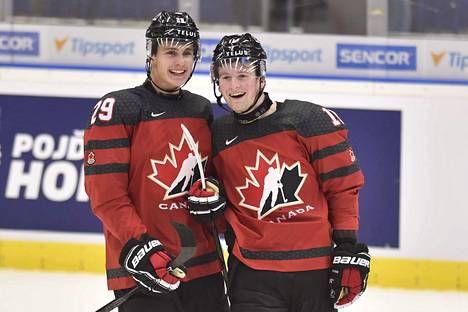 Nolan Foote (vasemmalla) ja Alexis Lafreniere ovat Kanadan ykkösnyrkissä.