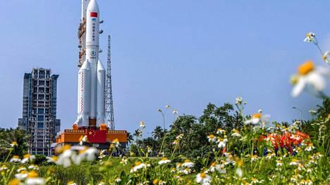 Pitkä marssi kantoraketti odotti laukausua 23 huhtikuuta 2021 Wenchangin avaruuskeskuksessa Hainanin saarella.